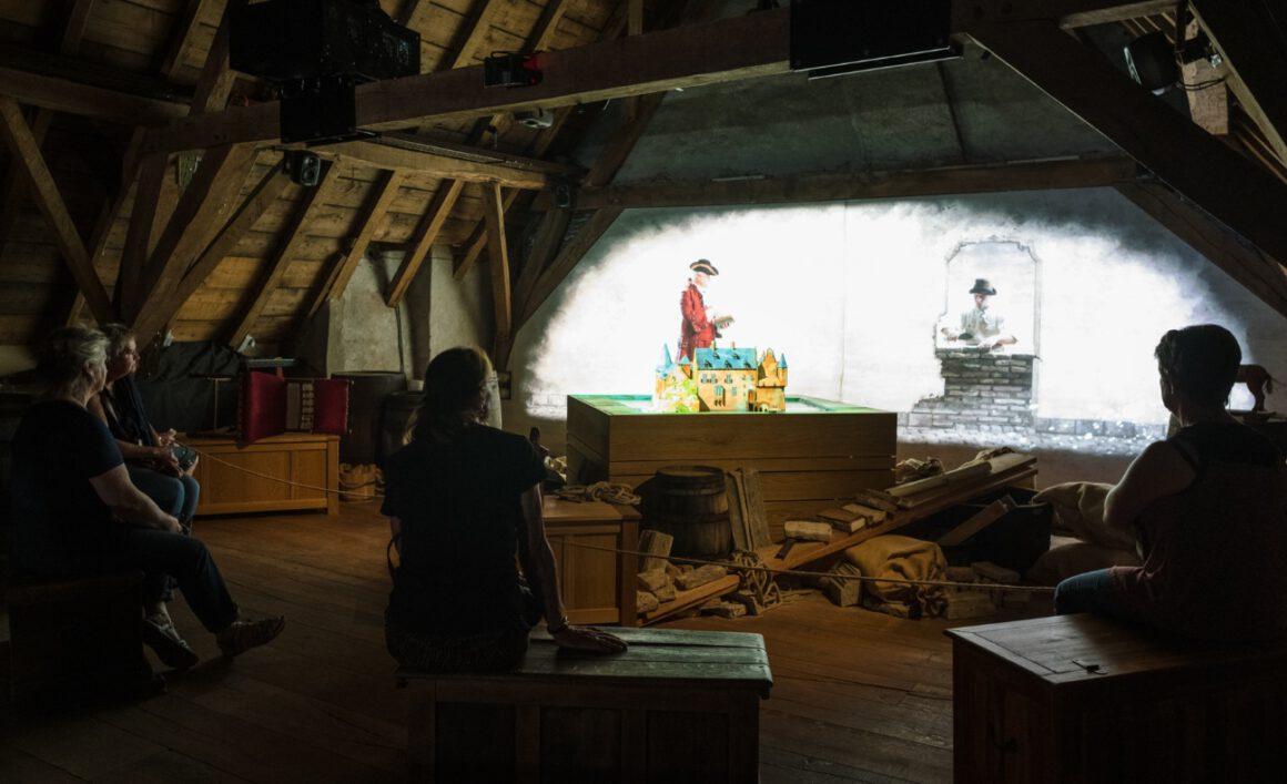 Audiovisuele presentatie op Kasteel Hernen - foto: Jan BijlAudiovisuele presentatie op Kasteel Hernen - foto: Jan Bijl