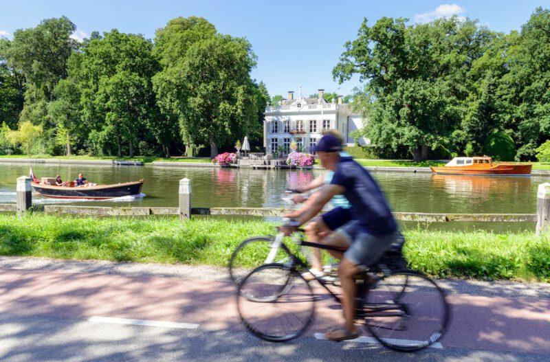 Fietsers langs de Vecht - foto Martin van Lokven | Visit Gooi & Vecht