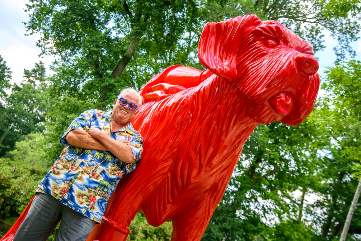 William Sweetlove bij een van zijn sculpturen in de Kasteeltuinen Arcen - foto: Kasteeltuinen Arcen