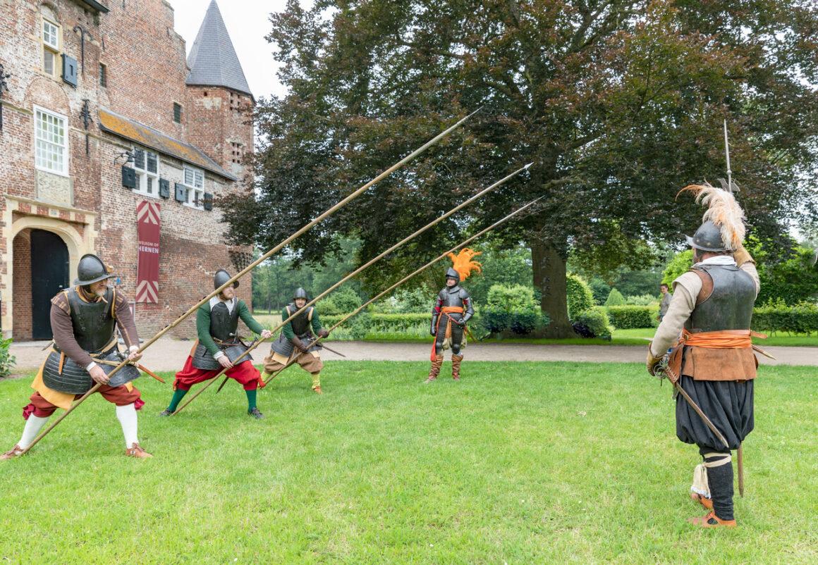 17de eeuwse soldaten bevolken Kasteel Hernen -  foto: T.Rothengatter